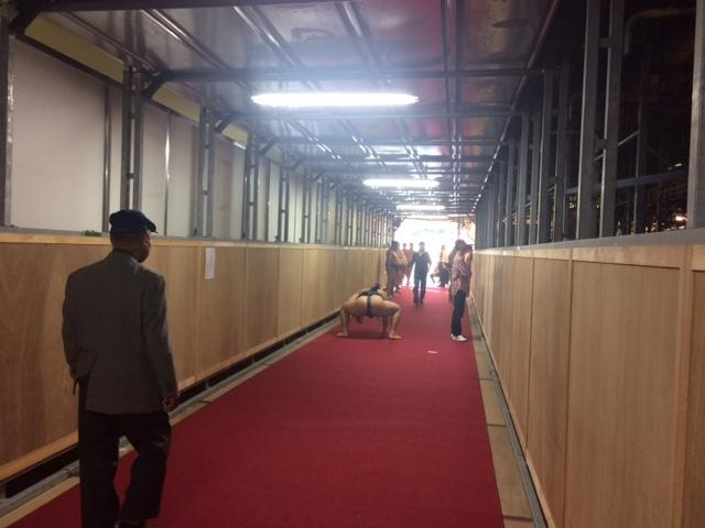 廊下で稽古.jpg